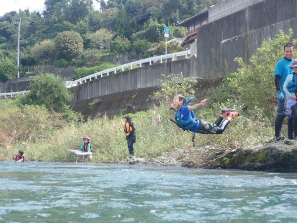 この姿勢での飛び込みは、ちょっぴり危険