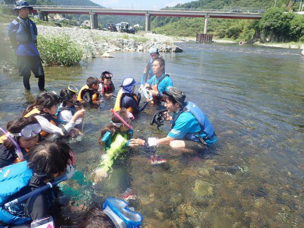 川に浸かってミーティング